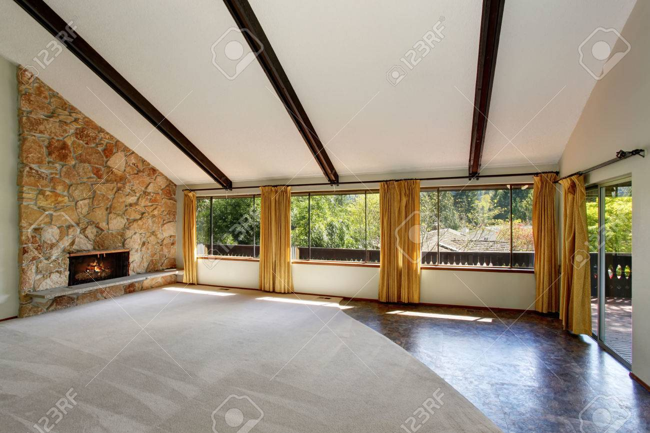 Geräumige Unmöbliert Wohnzimmer Zwischen Mit Hohen, Gewölbten Decke Und  Steinverkleidung Kamin. Auch Hat Gelbe