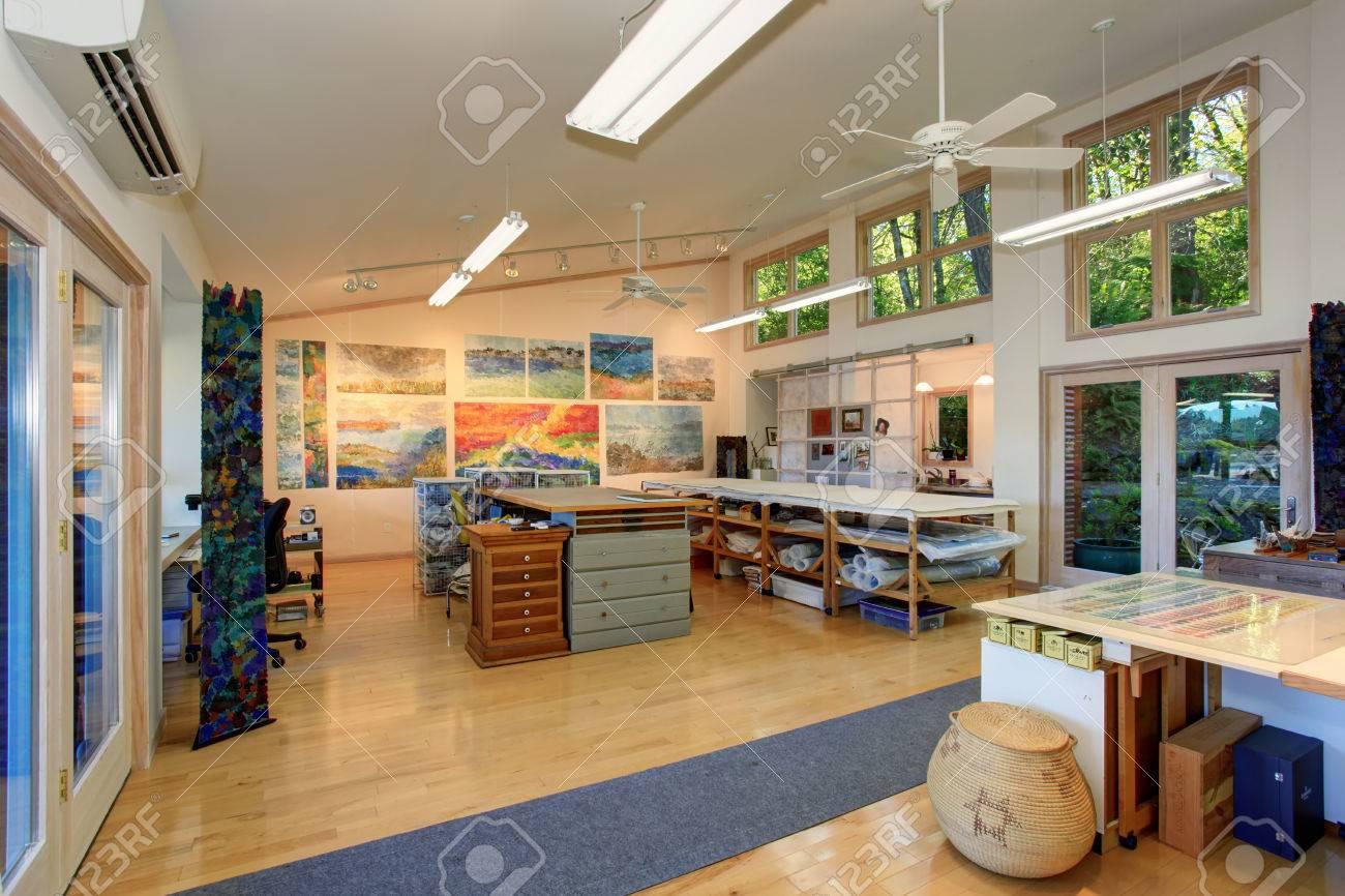 Intérieur spacieux bureau à domicile d un artisan dans la maison