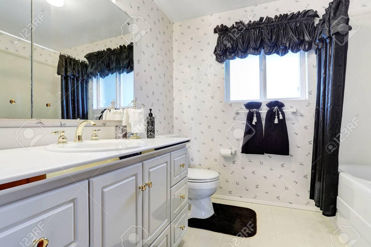Elegante Weisse Badezimmer Mit Dunkelblauen Vorhang Fliesenboden Und