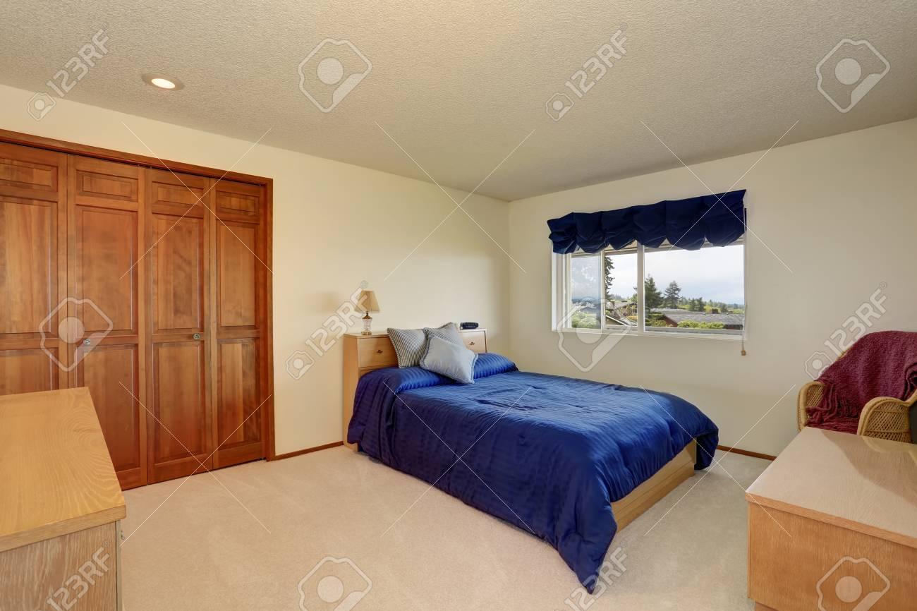 Schönes Schlafzimmer In Cremetönen Mit Blauen Betten, Einbauschrank ...