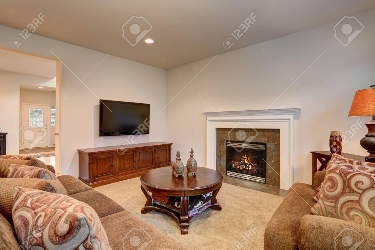 Intérieur de salon classique marron et blanc avec moquette. Vue de la  cheminée décorée avec des garnitures de tuiles.