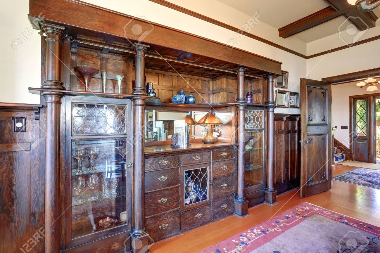 Große Im Vintage-Schrank Gebaut Mit Säulen, Glastüren Und Antiken ...