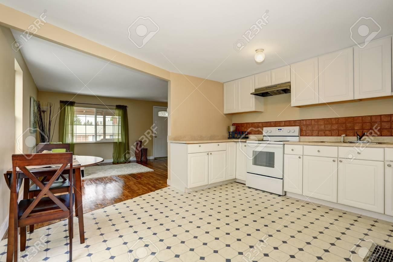 Weiße Küche Raum Zwischen Den Mit Fliesenboden Und Esstisch Set Das