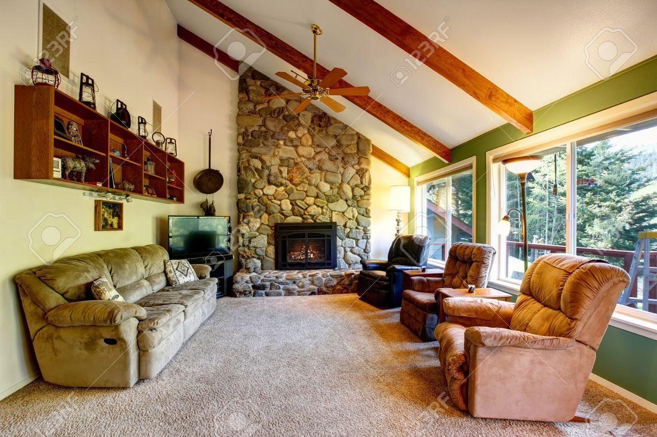 Großes Wohnzimmer Inter In Der Amerikanischen Landhaus. Das Zimmer Verfügt  über Steinzierkamin Und Eine Hohe