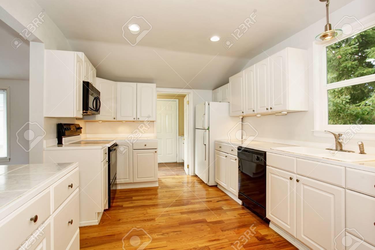 Weiße Leere Einfache Alte Küche Interieur Mit Holzboden Und Weißen ...