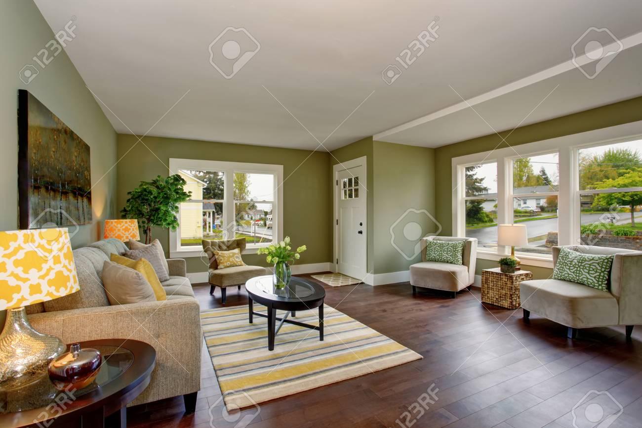 Vivre Interieur De La Chambre Avec Des Murs Verts Plancher De Bois Franc Et Tapis Table Basse Noir