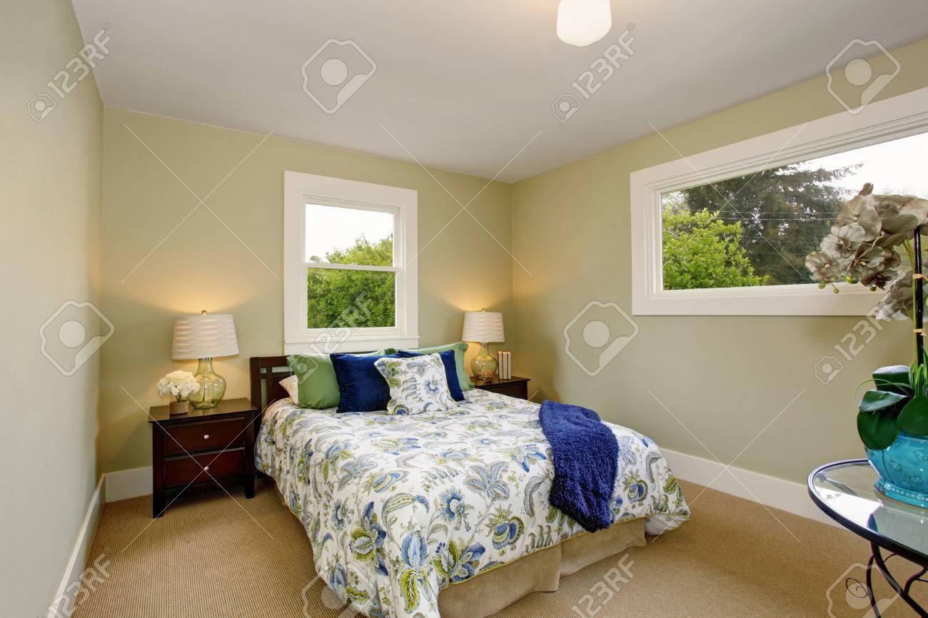 Schlafzimmer Interieur Mit Teppichboden, Tiefbraune Möbel Und Beige ...