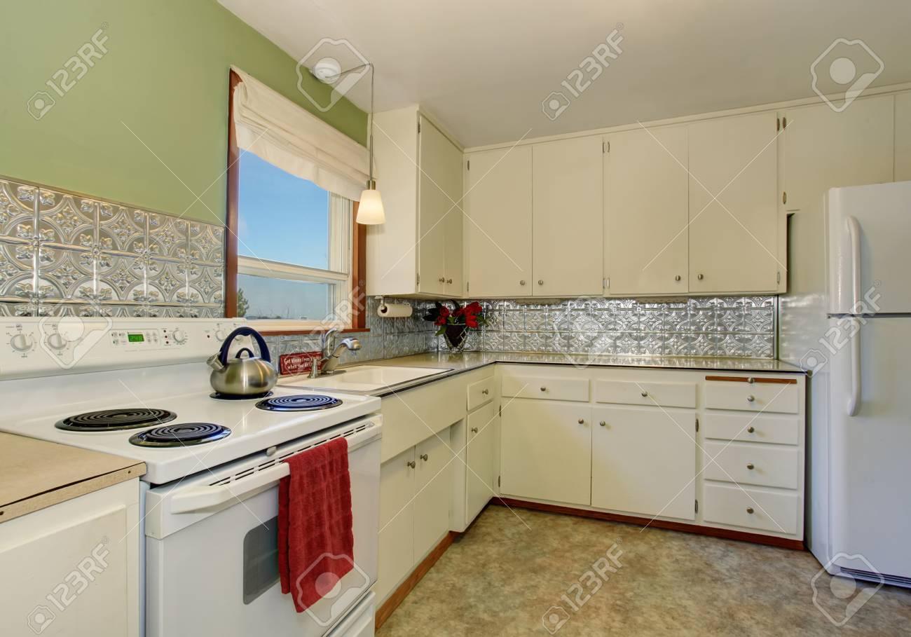 Antike Küche Interieur Mit Weißen Geräten, Schränken Und Grüner Wand ...