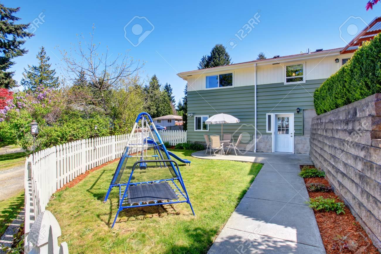 Maison Pour Enfant Exterieur extérieur maison. petite cour arrière clôturée avec terrasse et jeux pour  enfants