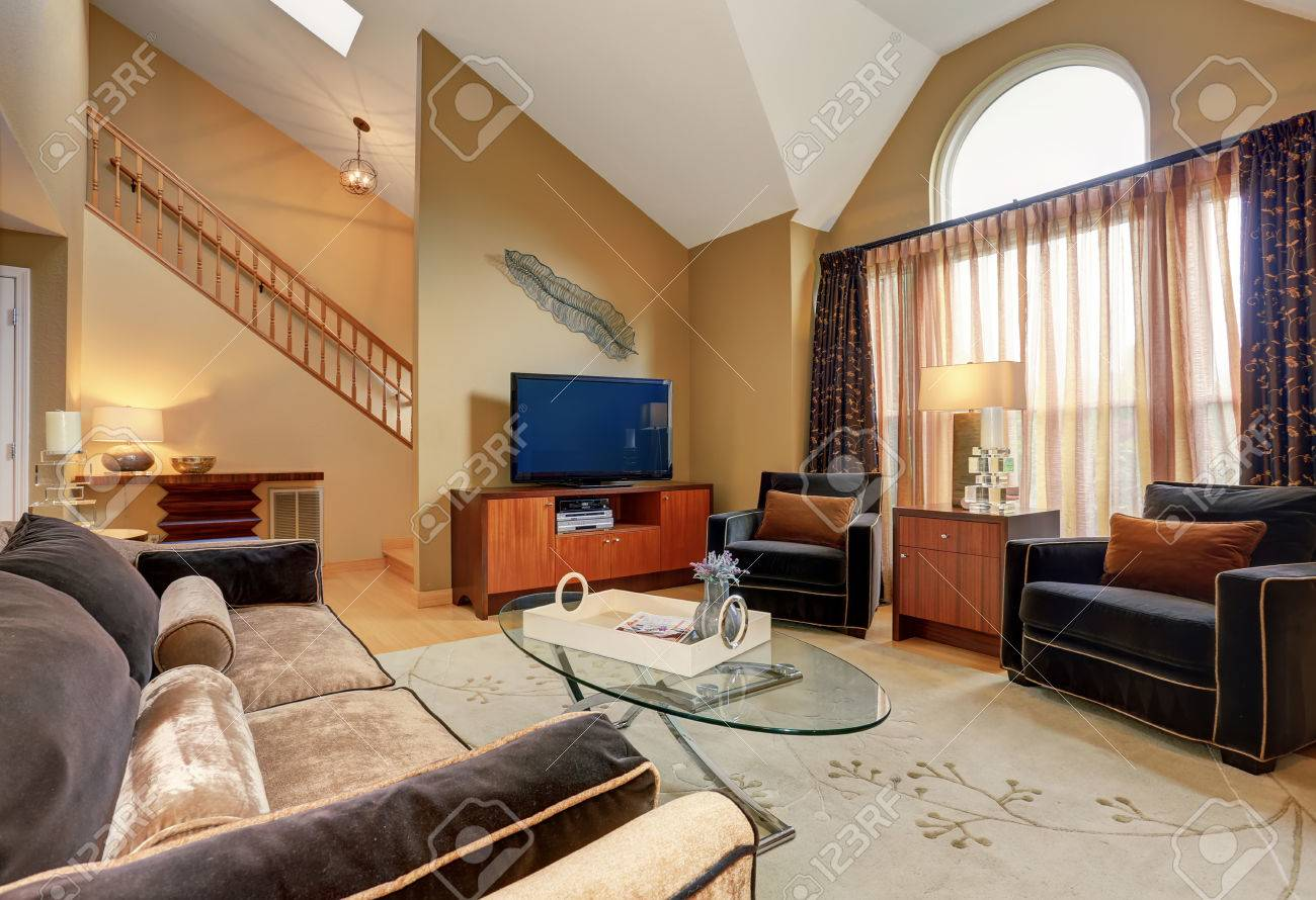 Schöne Braune Und Beige Wohnzimmer Mit Gewölbter Decke Ausgestattet