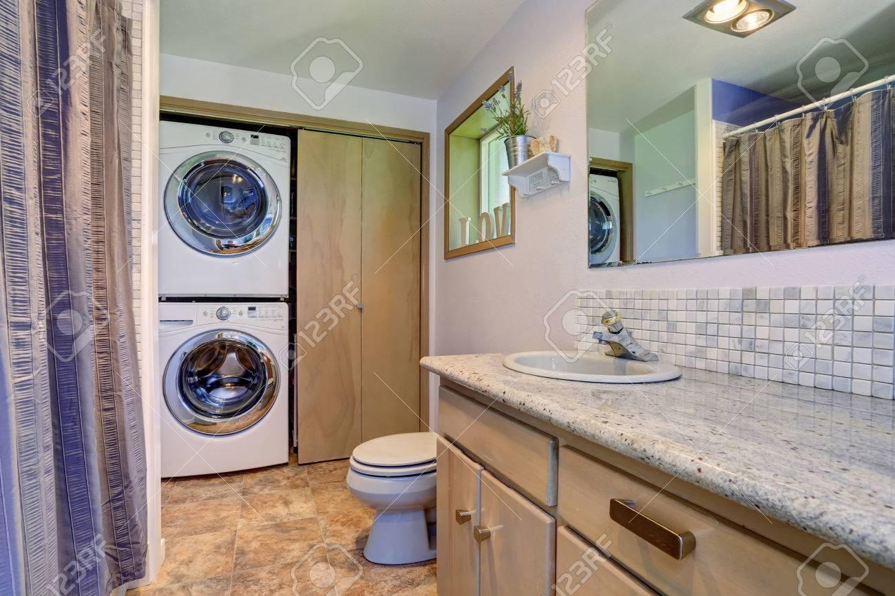 Einfach Und Doch Elegantes Badezimmer Inter Mit Einem In Die Wäsche ...