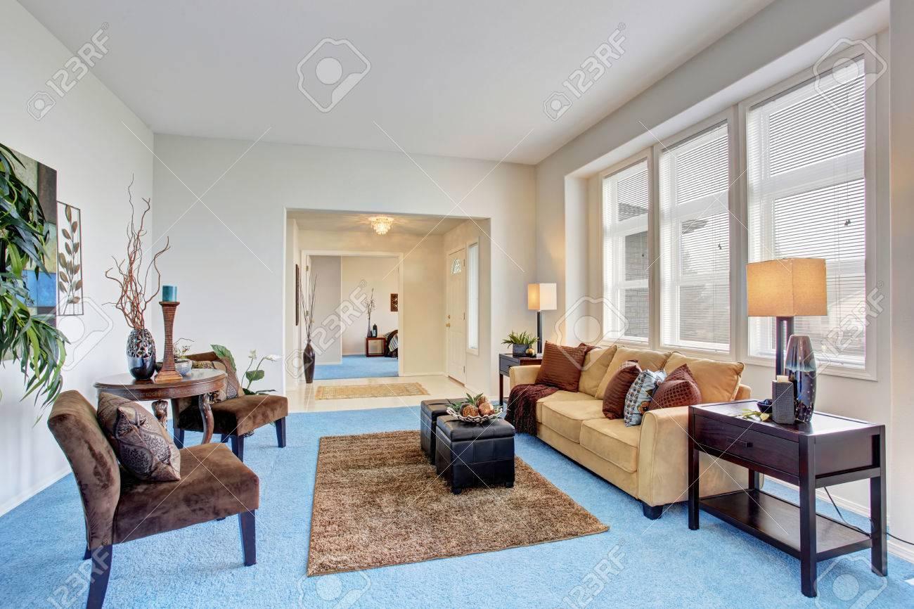 Gemütliches Modernes Wohnzimmer Mit Blauem Teppichboden Und Beige Sofa  Standard Bild   59957831