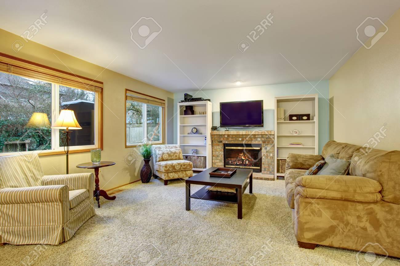 Hellbeige Wohnzimmer Mit Sofa Sessel Und Gemutlichem Kamin Lizenzfreie Fotos Bilder Und Stock Fotografie Image 60403421