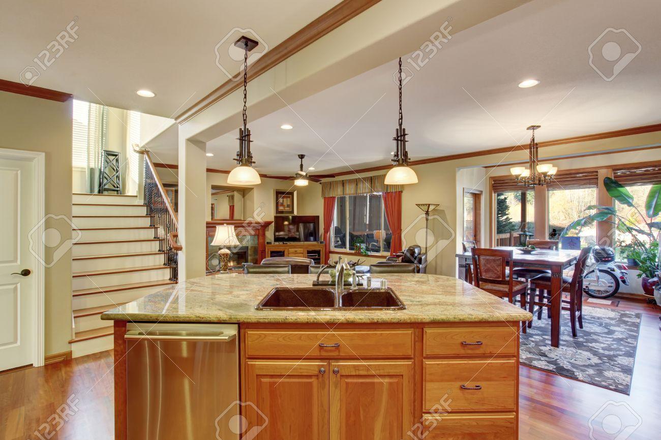 Offener Grundriss Mit Kuche Wohnzimmer Und Essbereich Blick Auf