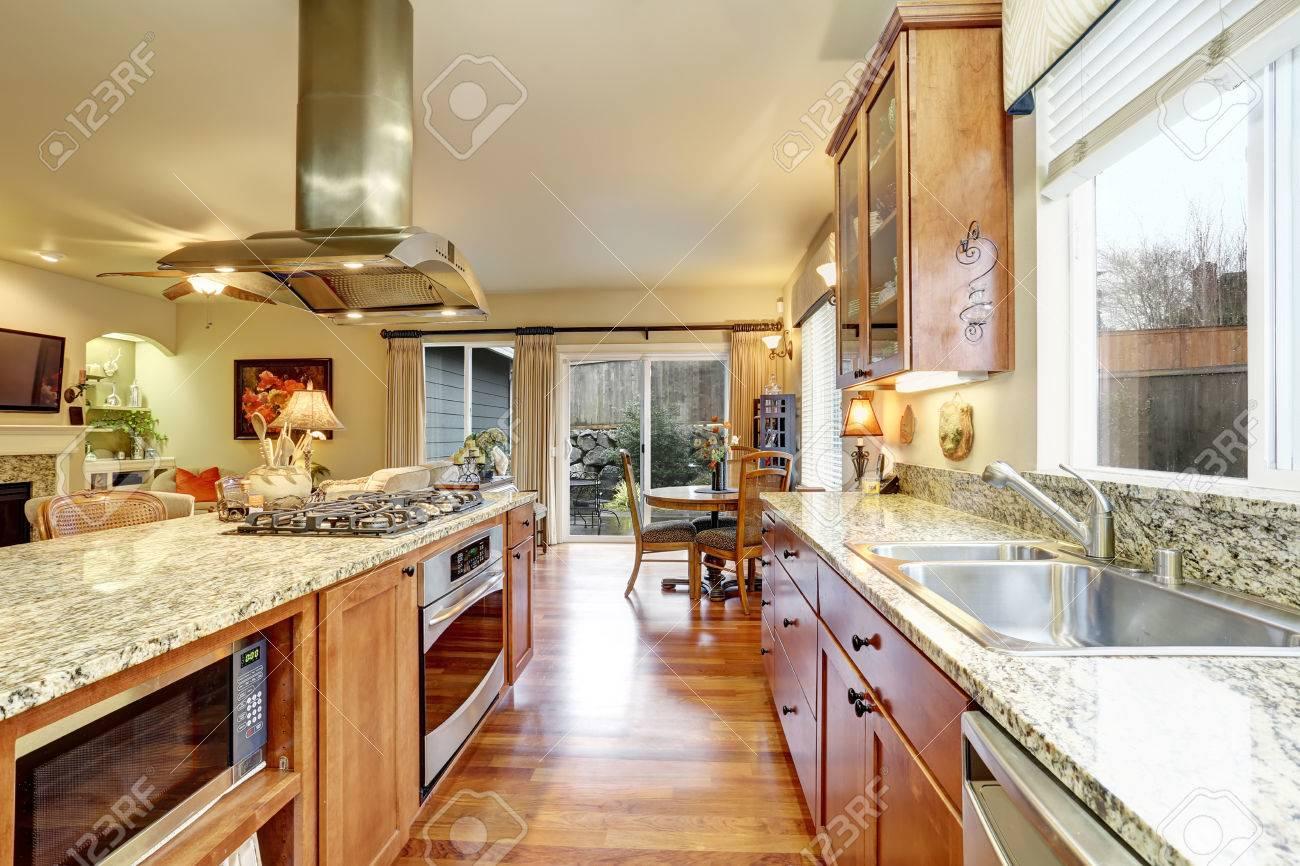 Habitación Luminosa Cocina Con Piso De Madera, Gabinetes De Color ...