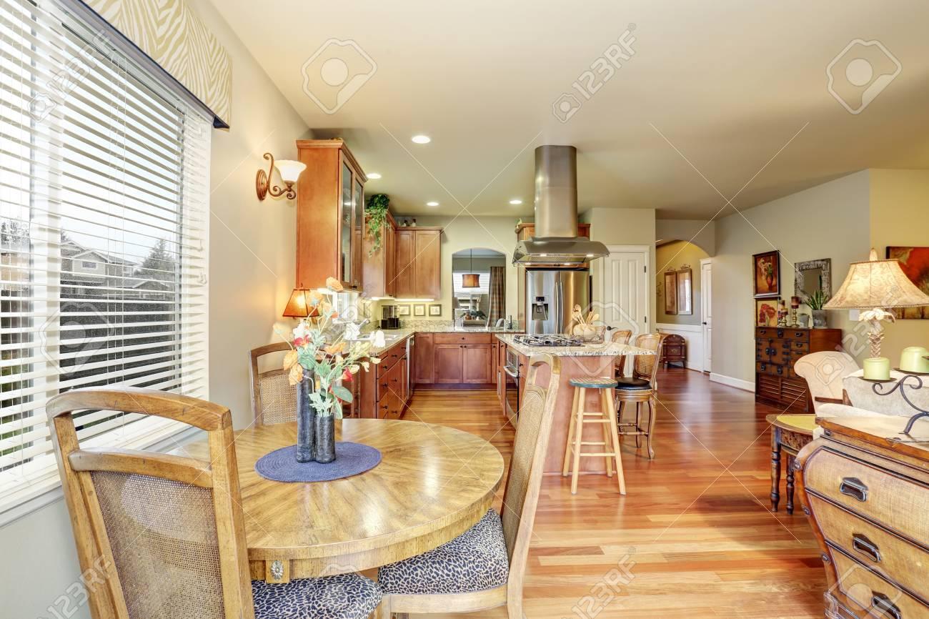 Gemütliches Essbereich Mit Parkettboden In Der Küche Lizenzfreie ...