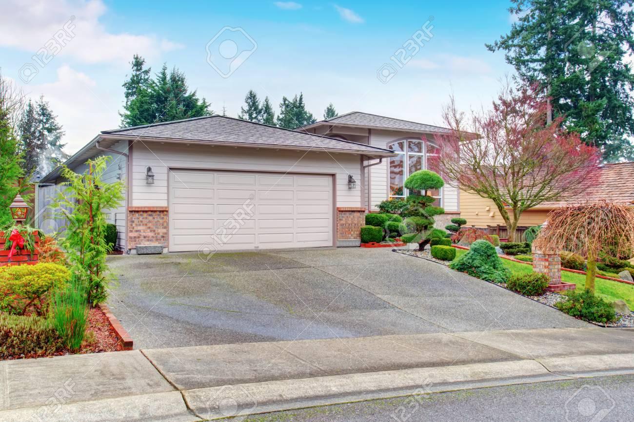 Maison moderne extérieur avec garage, allée et belle desing d\'aménagement  paysager