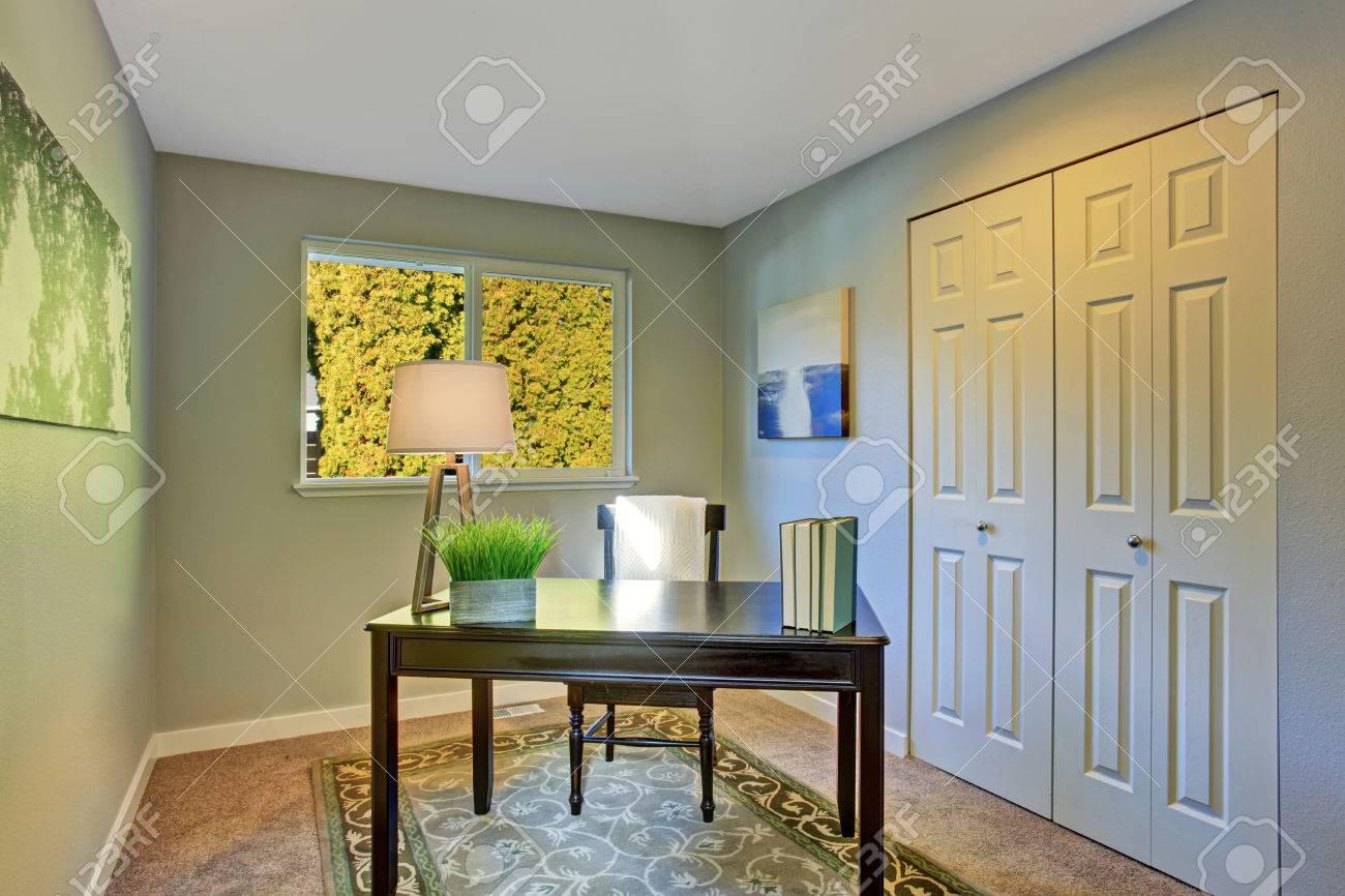 Einfache Home-Office-Zimmer Mit Antiken Möbeln Und Teppich ...
