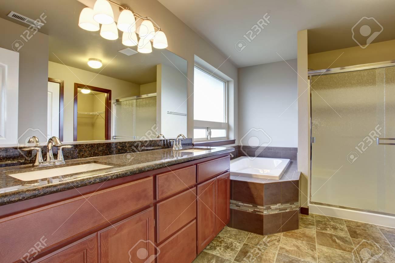 Vasca Da Bagno Mobile : Interno bagno con mobile vanity due lavandini piano in granito e