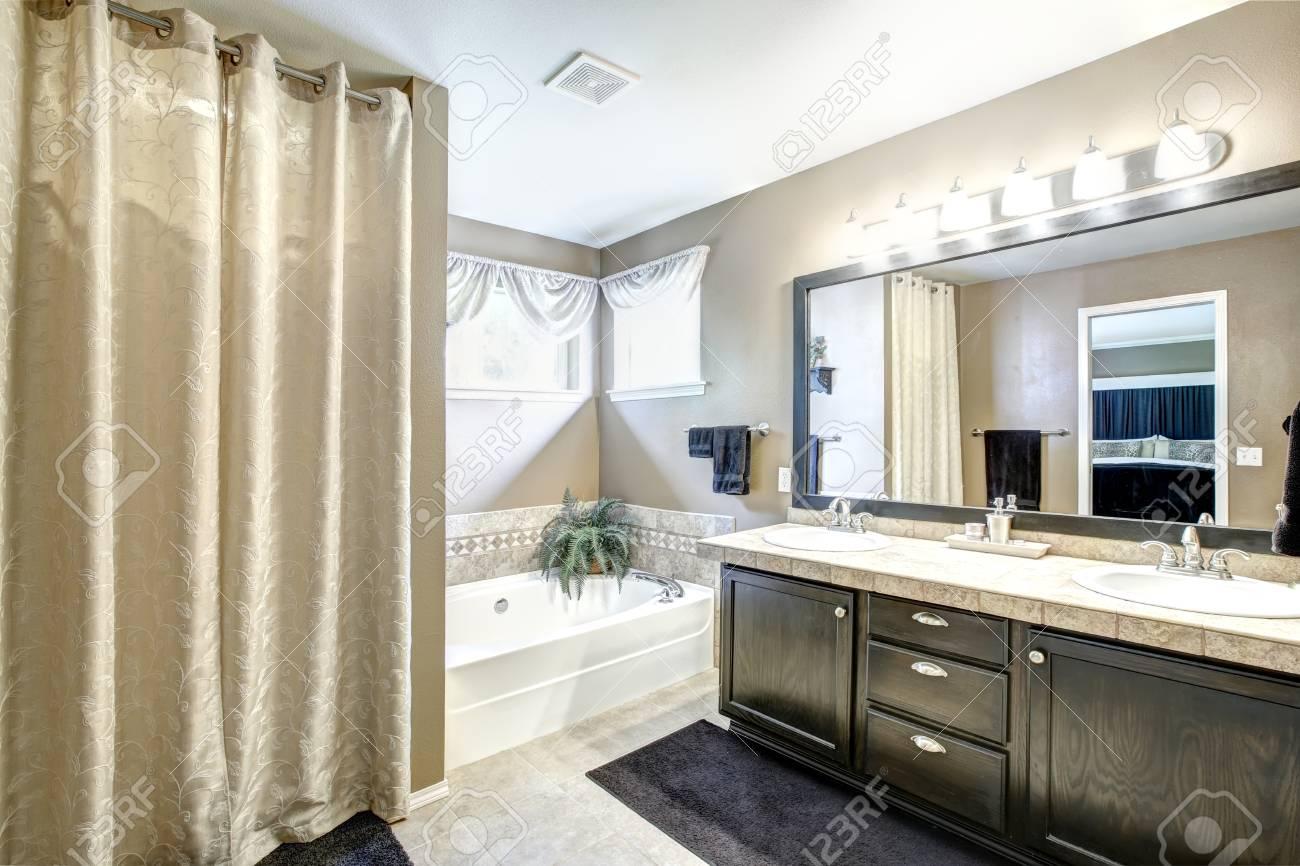 Foto Bagni Chiari : Interni da bagno in toni grigi chiari con armadio nero di vanità con