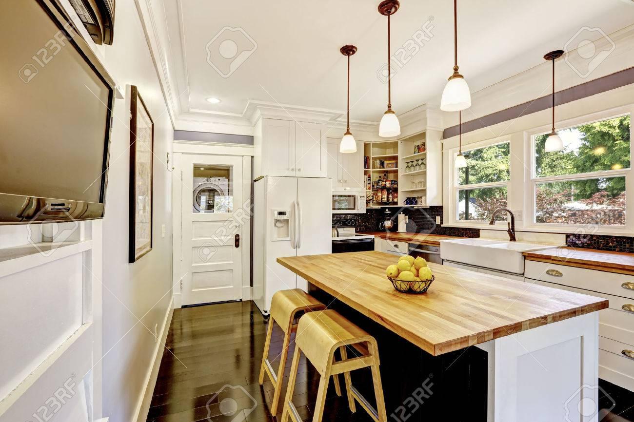 Tra Cucina Nei Toni Del Bianco Con Piano In Legno, Cucina Ad Isola ...