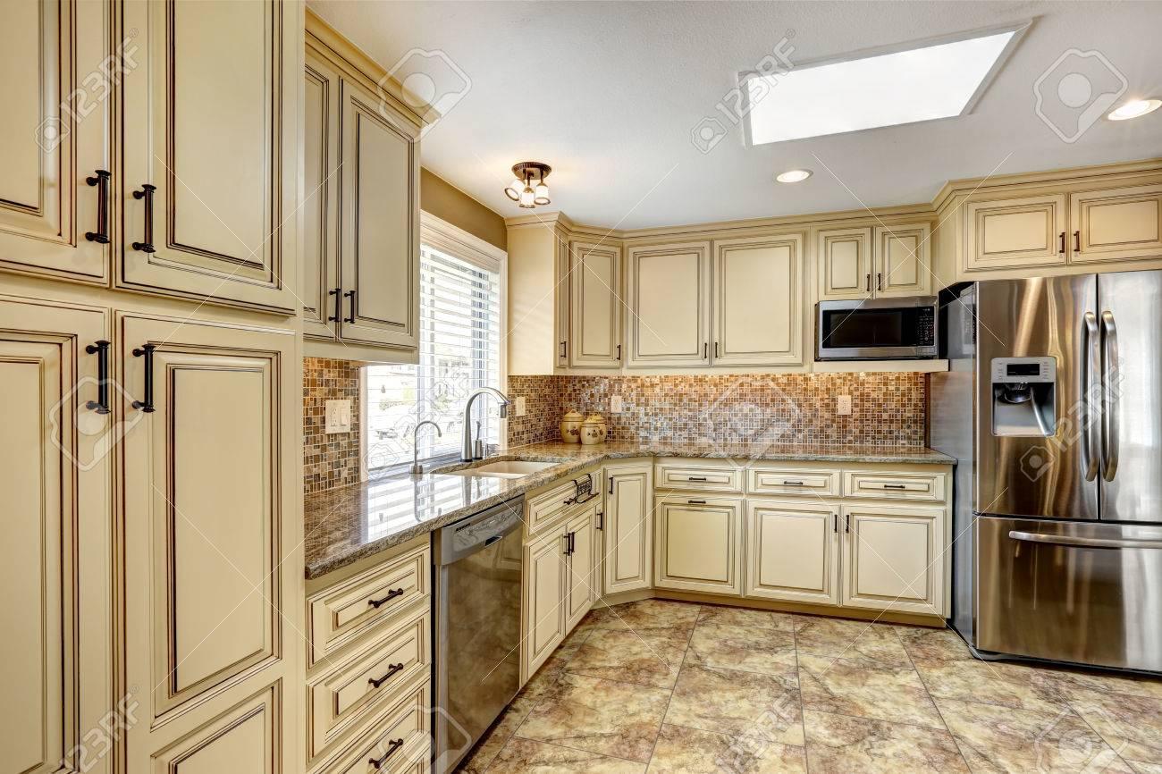Luxus-Küche Interieur In Hellbeige Farbe Mit Mosaik-Fliesen ...