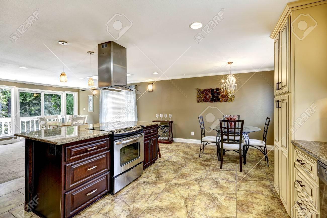 Interieur De Cuisine De Luxe De Couleur Beige Clair Avec Garniture