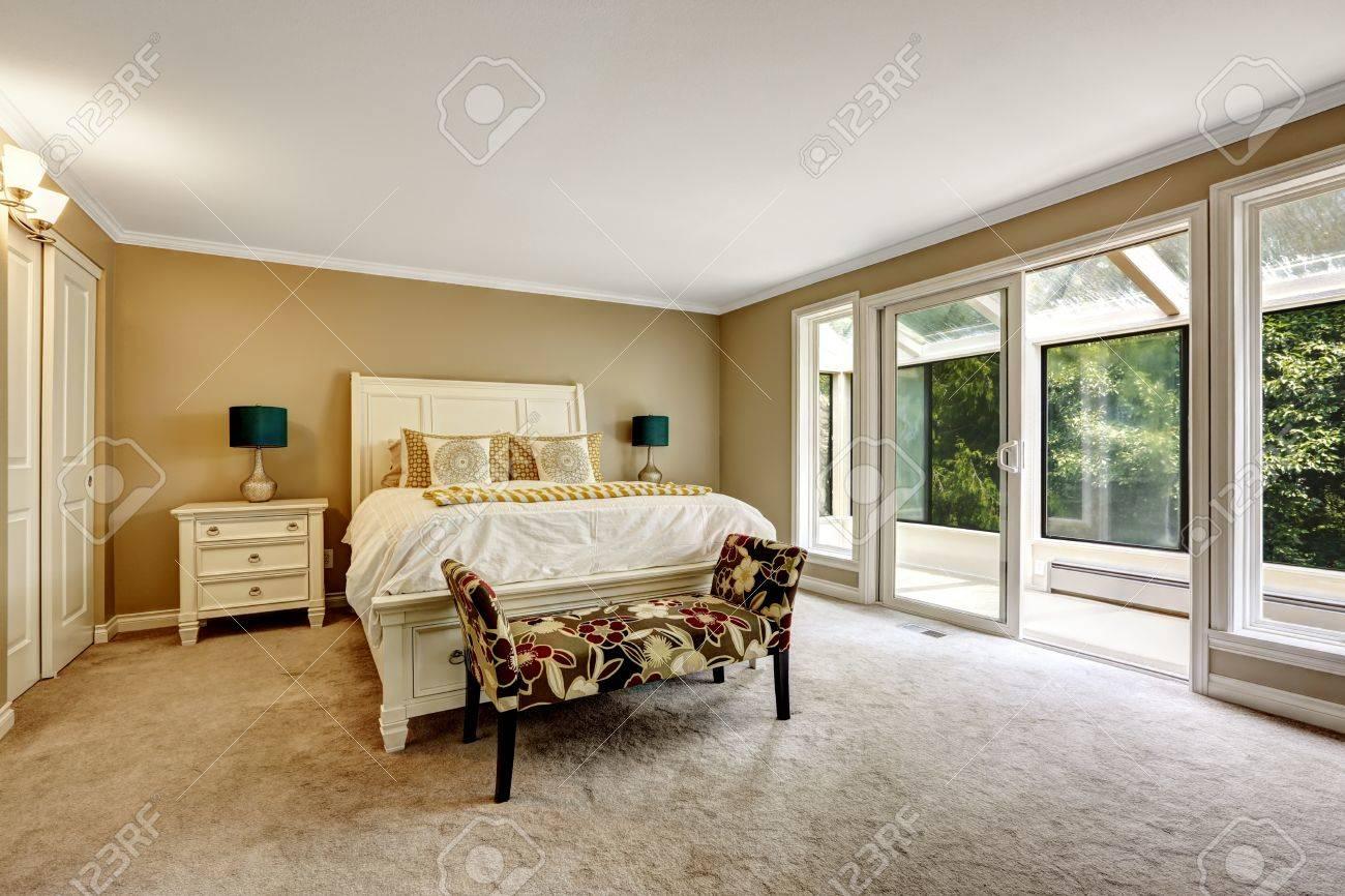 Master-Schlafzimmer Im Amerikanischen Stil. Doppelbett Mit Weißem ...