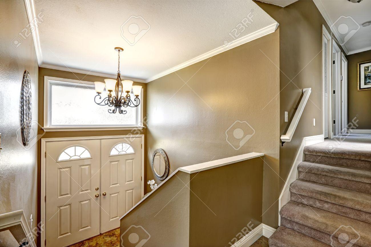 Kronleuchter Treppe ~ Entryway in kleinen amerikanischen haus mit mokka wänden und weißer