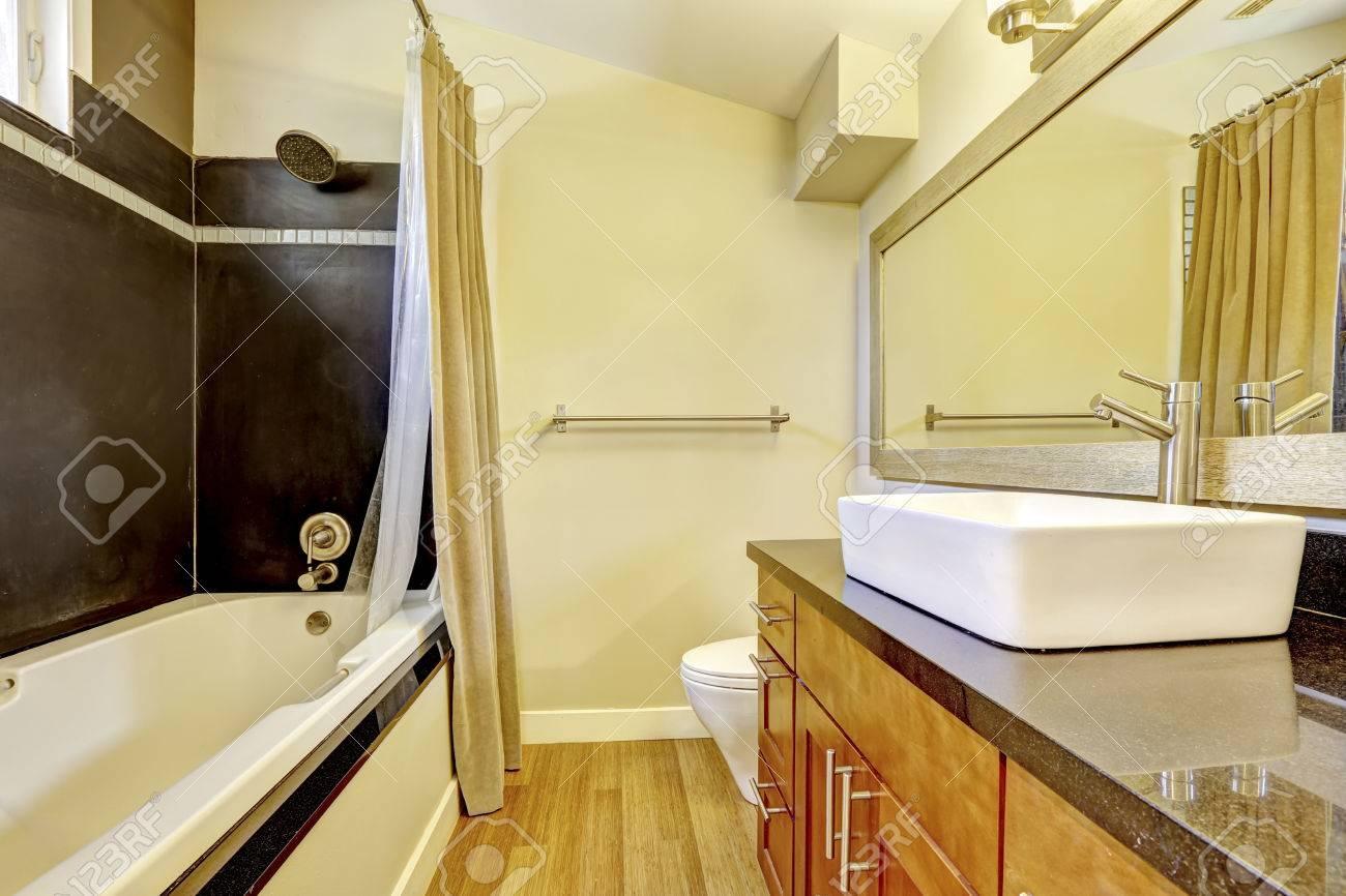 Badezimmer Mit Kontrast Wand Schwarze Wand Verkleidung Und Weissen