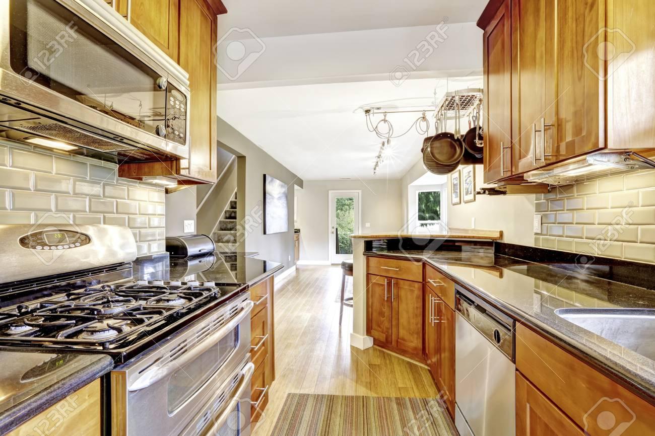 Praktische Küchenraum Unter. Schränke, Stahlgeräte, Granitplatten ...