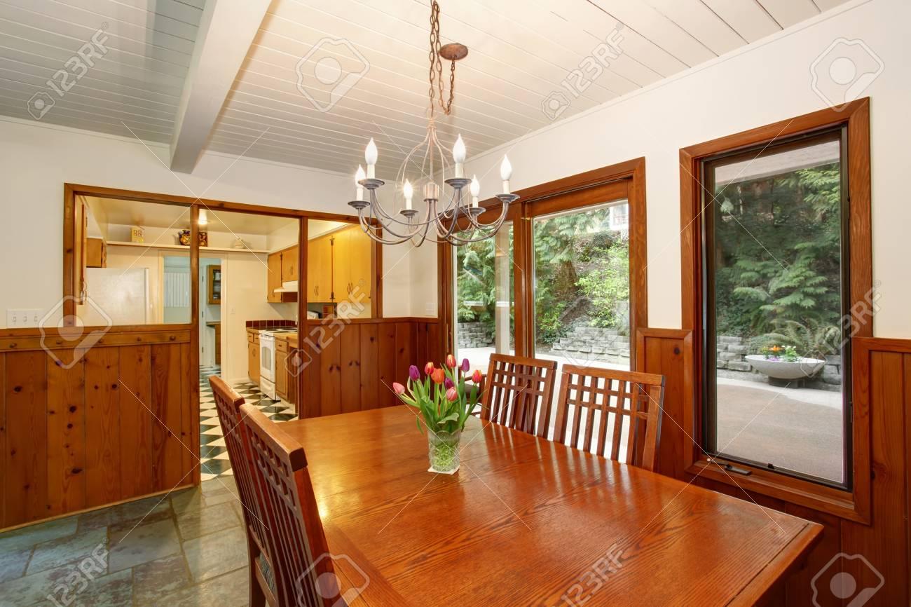 wnde esszimmer, weiße und braune esszimmer mit frischen blumen auf dem tisch und, Design ideen