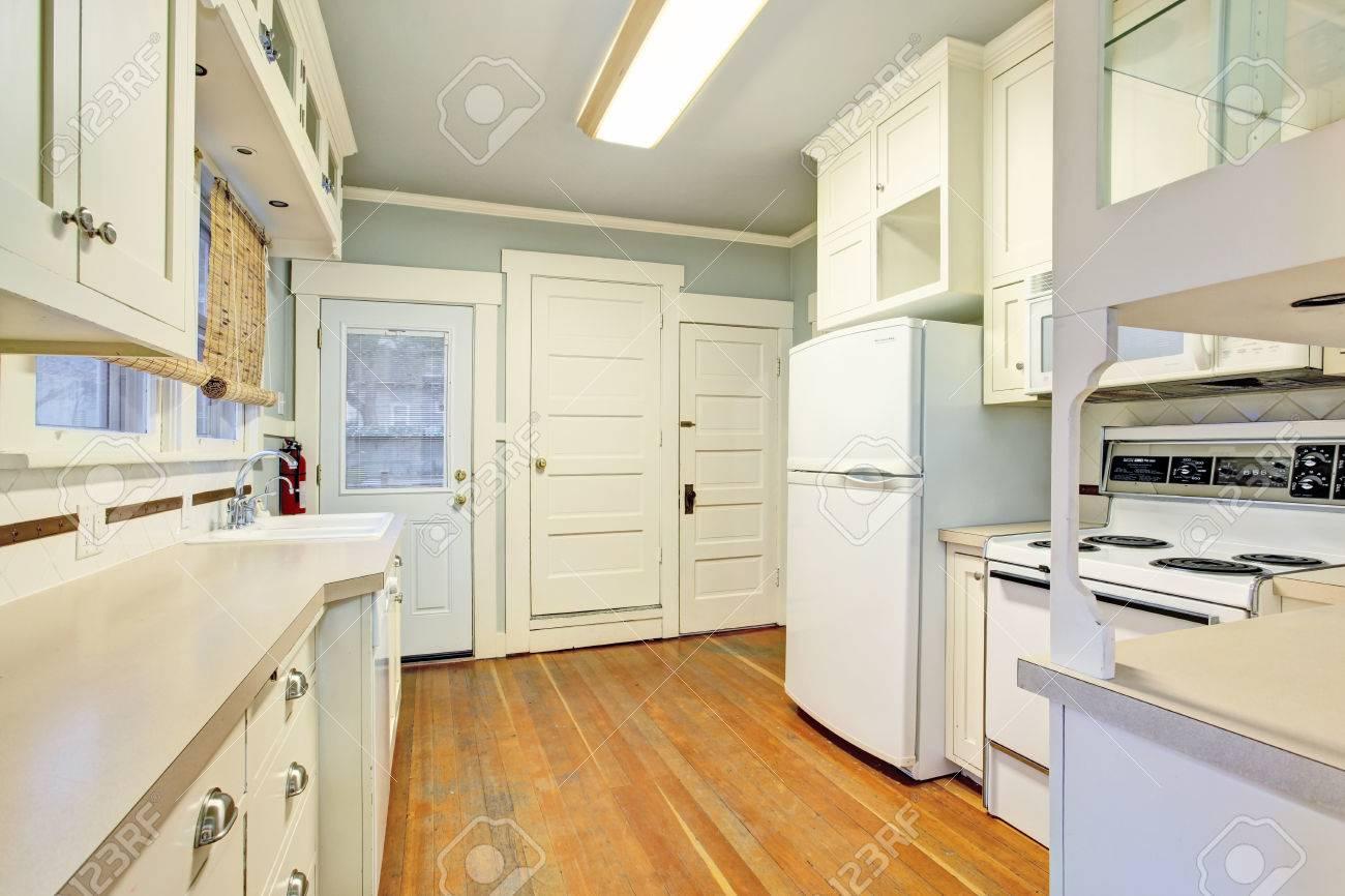 Weiße Leere Einfache Alte Küche Zimmer Mit Pastellblauen Decke Und ...