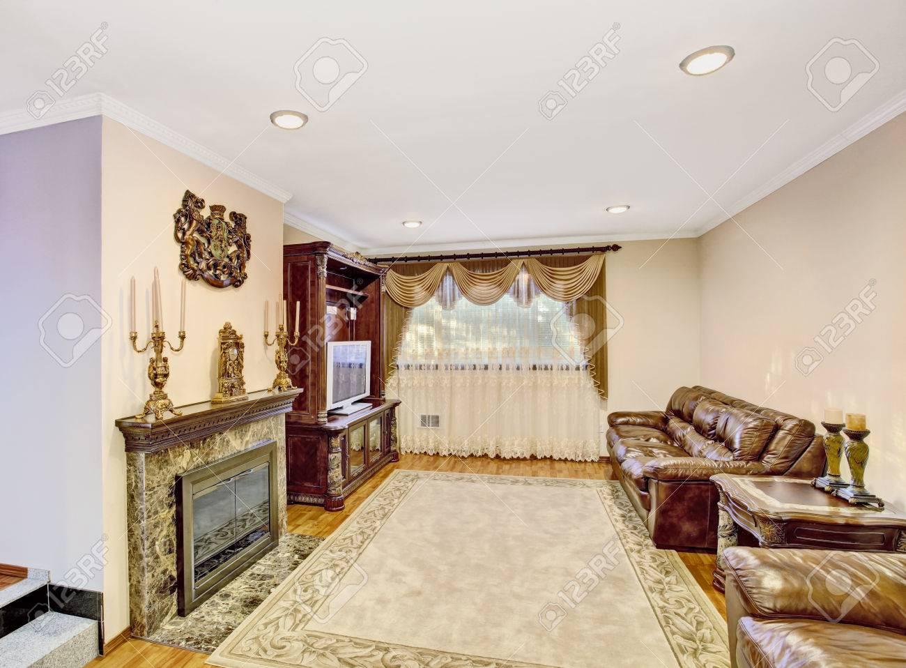 Luxus Wohnzimmer Mit Ledersofa, Vintage Möbel. Auch Kamin Und Schöne  Vorhänge.