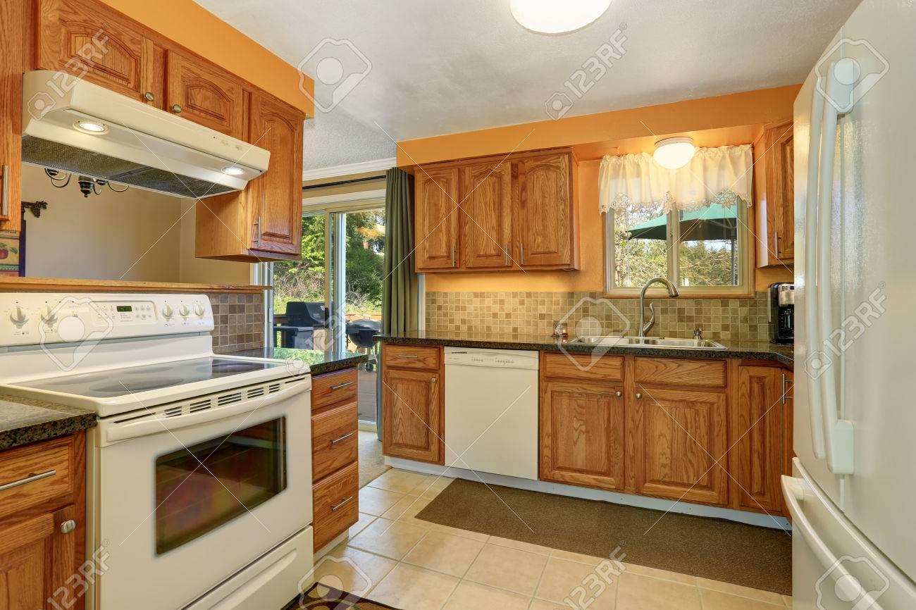 Helle Farbtöne Küche Zimmer Interieur Mit Weißen Einbaugeräte ...