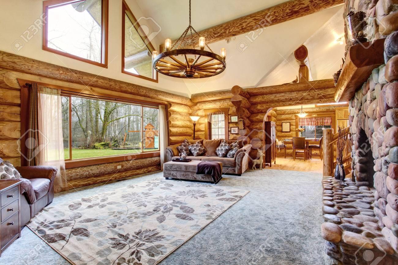 Luminaire Pour Plafond Bas Avec Poutre lumineux inter salon en amérique maison de cabane en rondins. lustre  rustique, cheminée en pierre et de hauts plafonds avec poutres en bois font  place