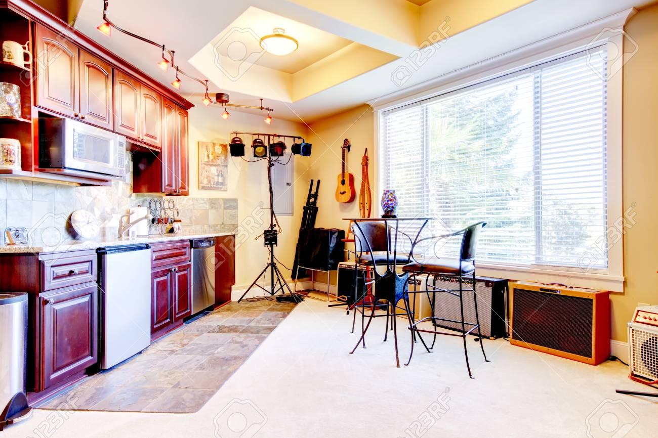 banque dimages vue de lintrieur de la cuisine dans la maison du musicien et un petit espace de rptition avec la guitare northwest tats unis