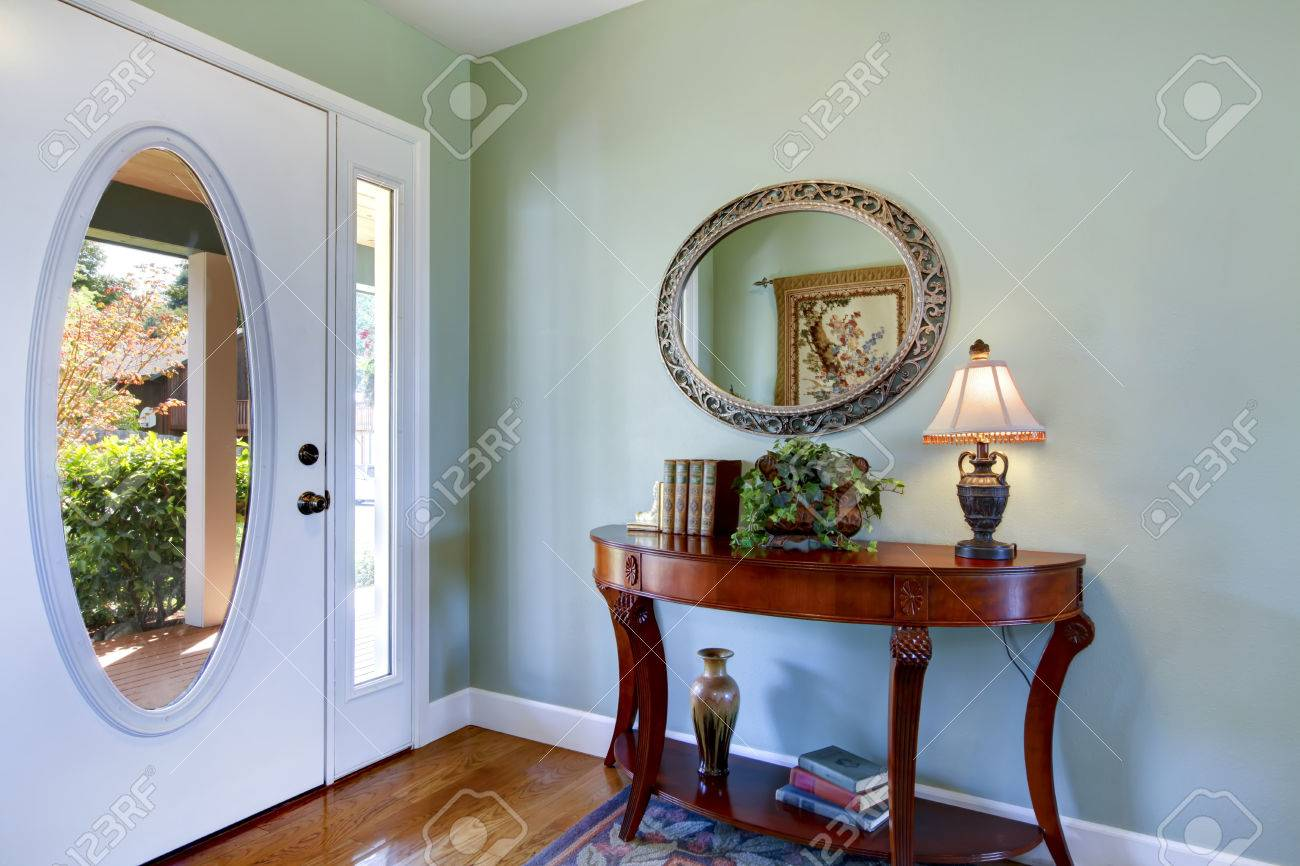 Couloir Interieur Avec Des Meubles Anciens Et Plancher De Bois Franc Vue De La Porte D Entree Blanc Northwest Etats Unis