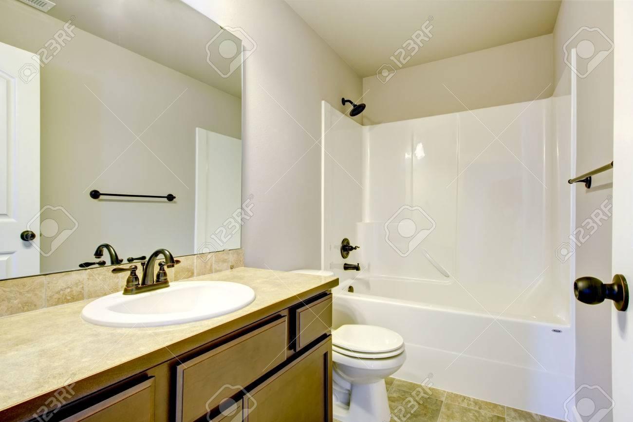 Lumières De Salle De Bains vue de tons lumière salle de bains avec meuble-lavabo moderne, toilettes et  salle de bain blanche baignoire. northwest, États-unis