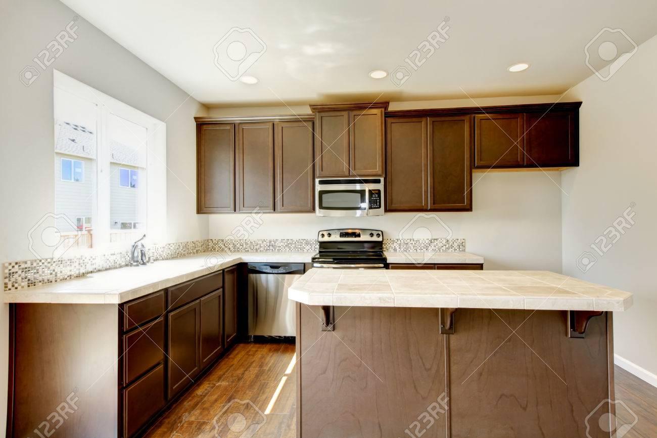Klein Aber Praktische Küche Mit Braunen Schränke Und Fliesen - Braune fliesen küche