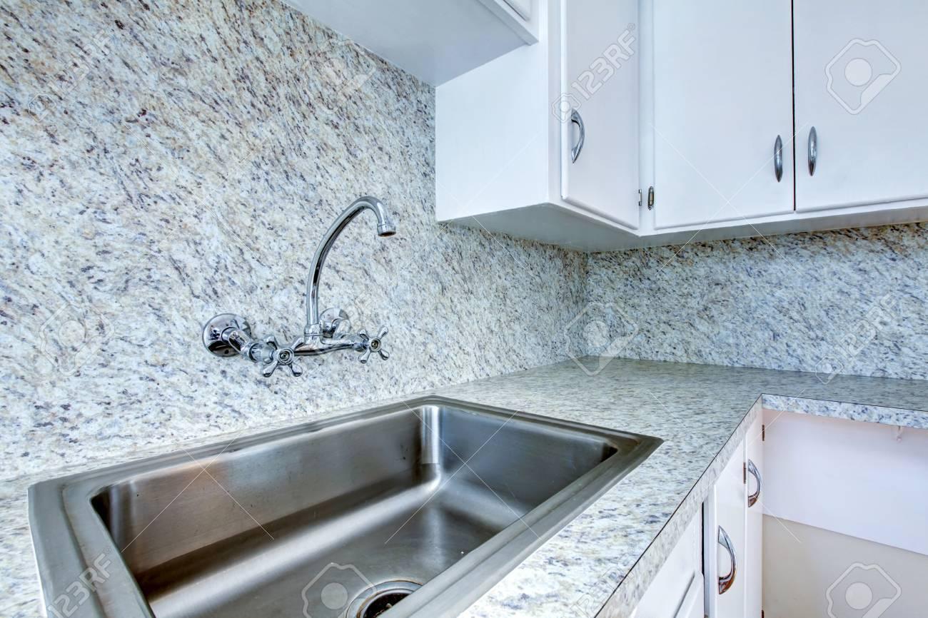 Kuchenschrank Mit Stahl Waschbecken Und Granit Zahler Nach Oben