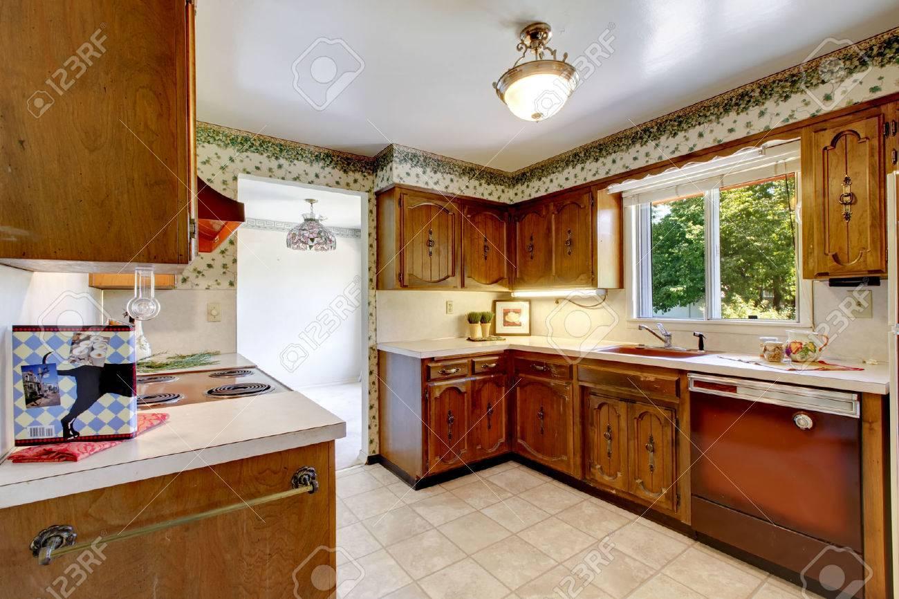 Leere Einfache Alte Küche Mit Fliesenboden Und Vintage-Schrank In ...