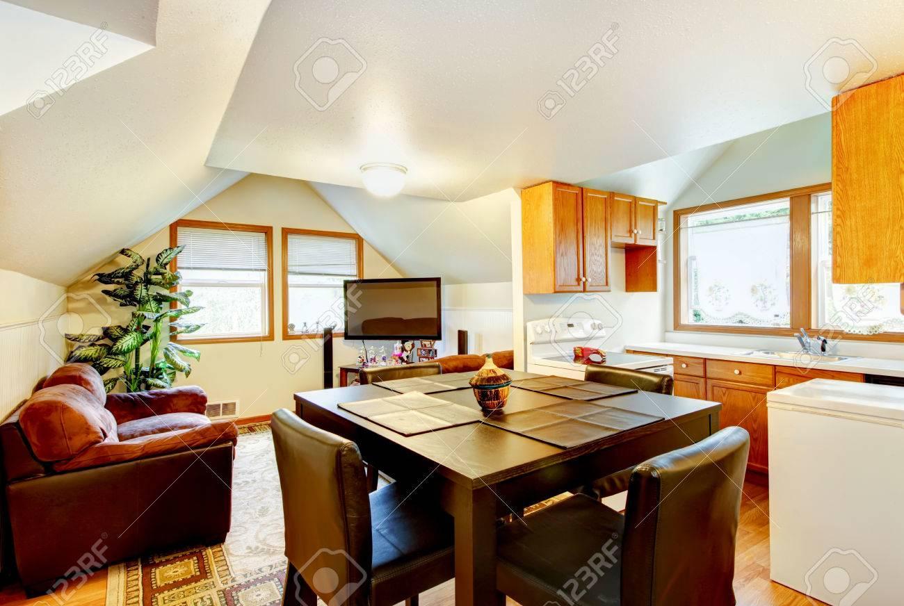 Esszimmer Und Küche Raum Zwischen Den Mit Weißen Gewölbedecke. Und ...