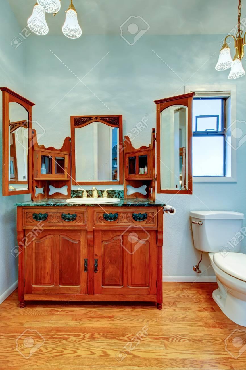 Meuble De Toilette Vintage Avec Trois Miroirs Dans La Salle De Bain ...