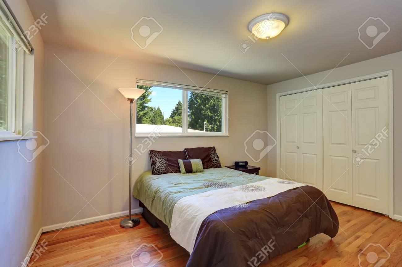 Schöne Braune Bettwäsche Im Lavendel Schlafzimmer. Northwest, USA  Standard Bild   61133467