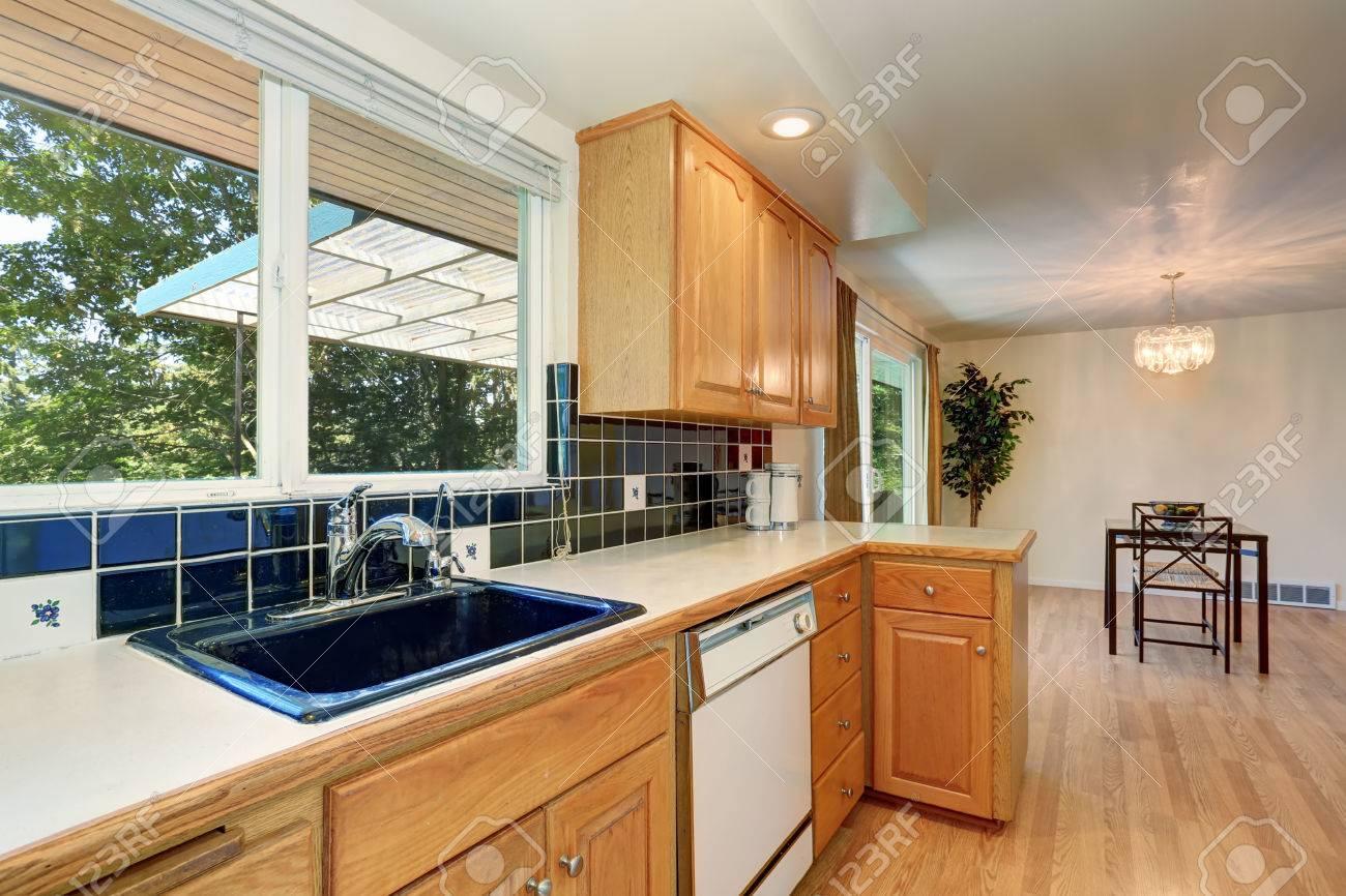 Küche Zimmer Interieur Mit Schränken Und Blau Fliesen Zurück Spritzer  Trimmen. Nordwest, USA Standard
