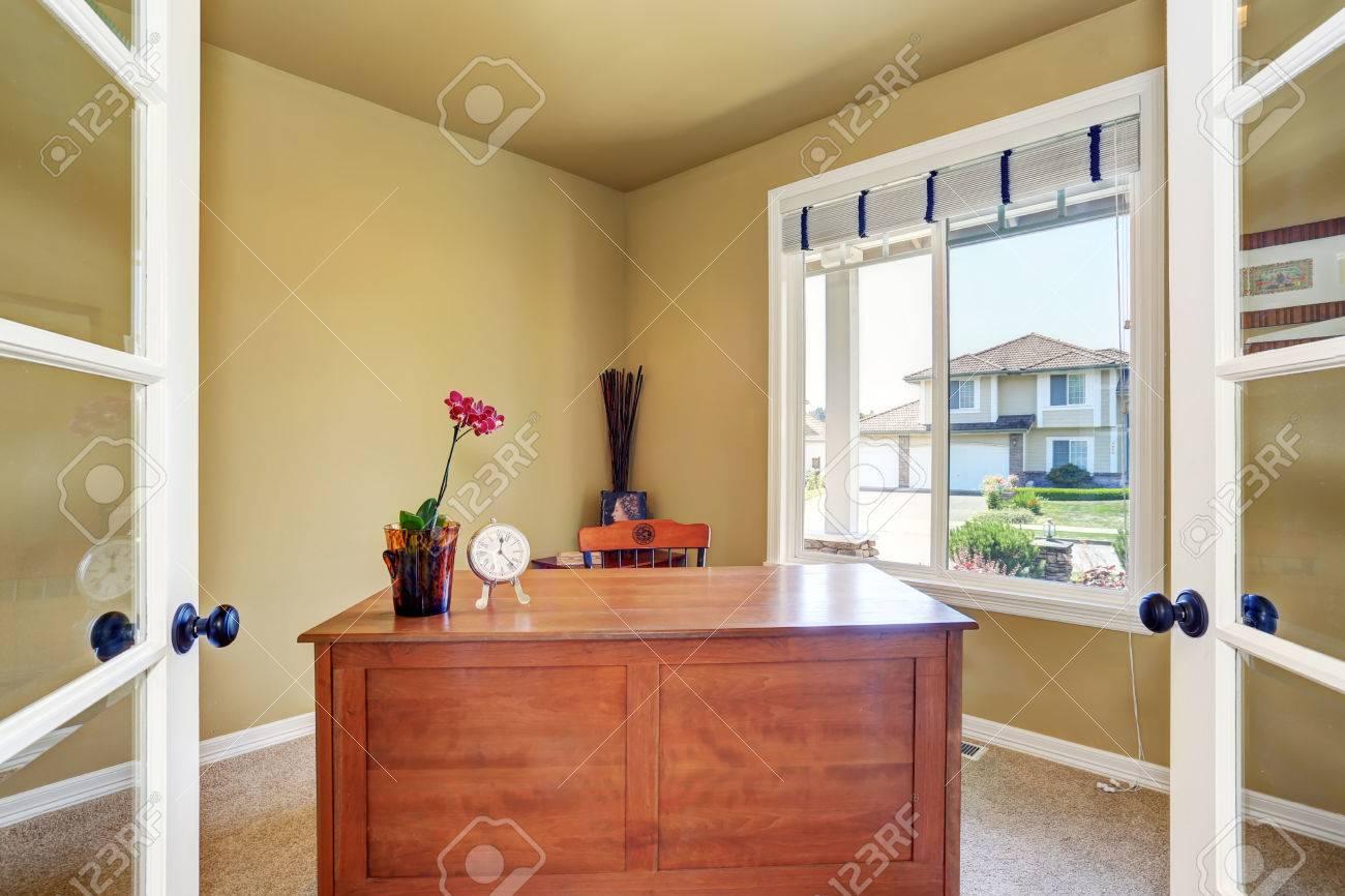 Intérieur de maison de bureau avec un bureau en bois et une