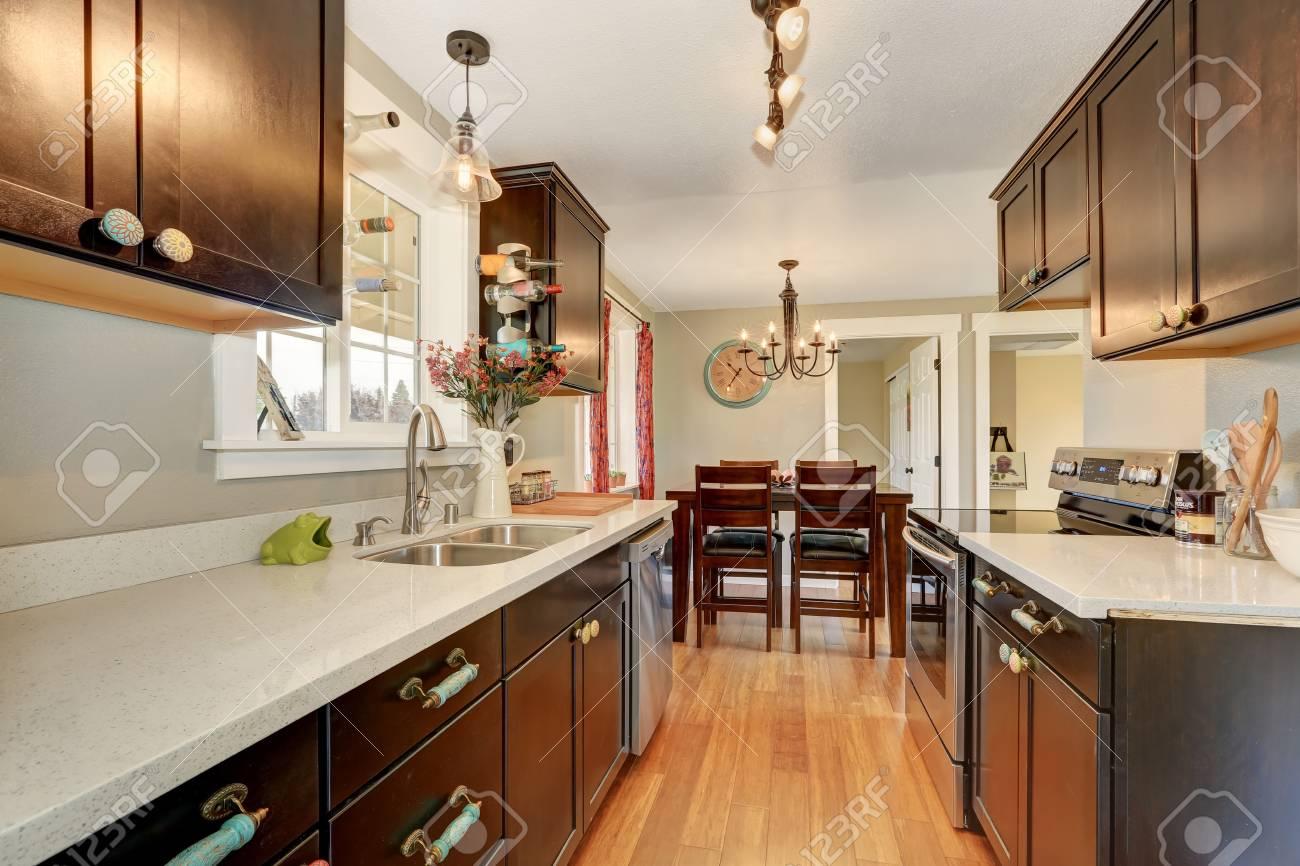 Schmale Küche | Schmale Kuche Interieur Mit Dunkelbraunen Schranken Und Granit