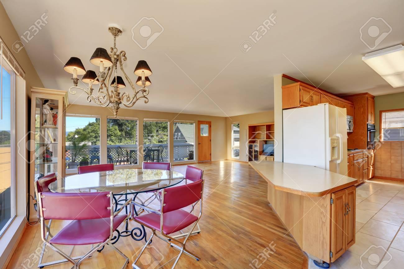 Essbereich Mit Runden Glastisch Und Rote Stühle. Küche Ansicht ...