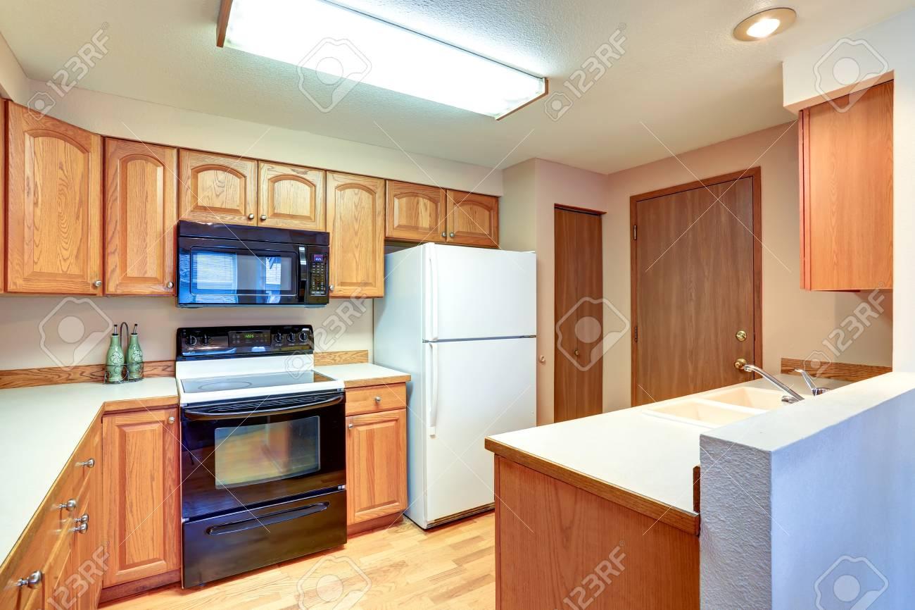 Hölzerne Küche Inter Mit Weißen Eingebauten Kühlschrank. Northwest, USA  Standard Bild   61274903